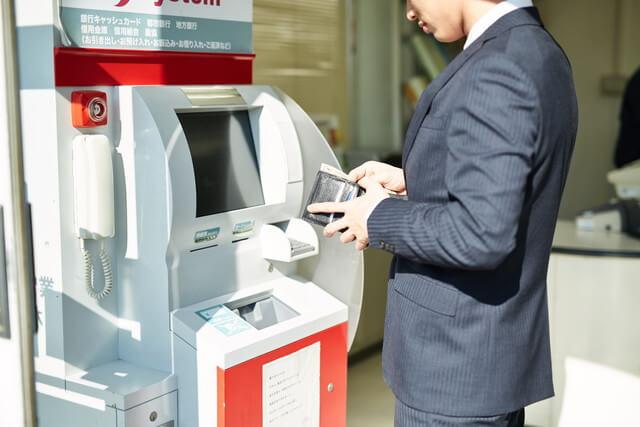 デビットカードは国内のATMで現金引き出し可能か?